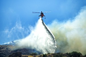 Firefighting-helicopter-fights-wild