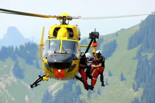 German helicopter mountain rescue team (Bergrettung) of 'Christoph 1' (MBB/Kawasaki BK-117A4, D-HMUM) at the Bodenschneid in Bavaria, Germany.  Image: Wikipedia / Tobias Klenze / License: CC-BY-SA 4.0 (http://creativecommons.org/licenses/by-sa/4.0/)
