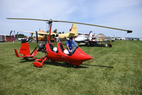 Magni Gyro M16 Tandem Trainer gyroplane at EAA AirVenture, Oshkosh, Wisconsin, USA. VFS photo by Kenneth I Swartz, July 25, 2018. CC-BY-SA 4.0.
